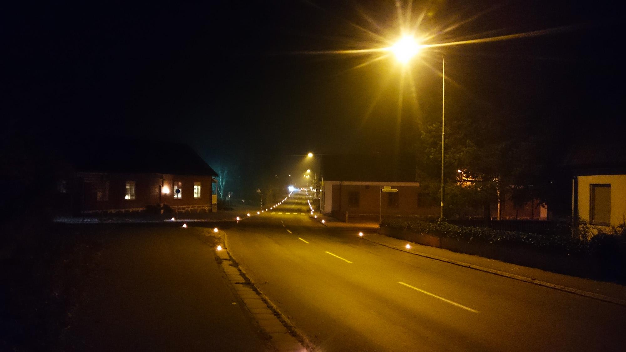 Bygatan genom Brösarp tänds upp av hundratals marschaller under Österlen lyser.