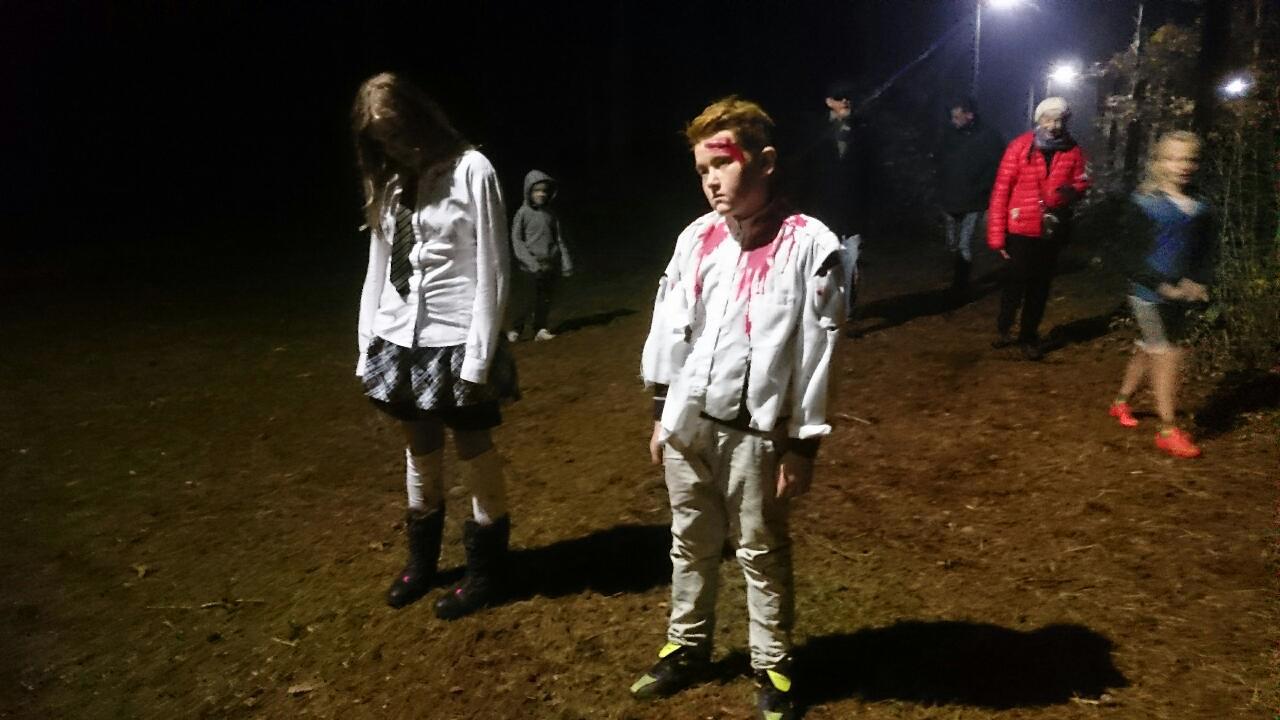 Zombies träder fram ur skogens dunkel.