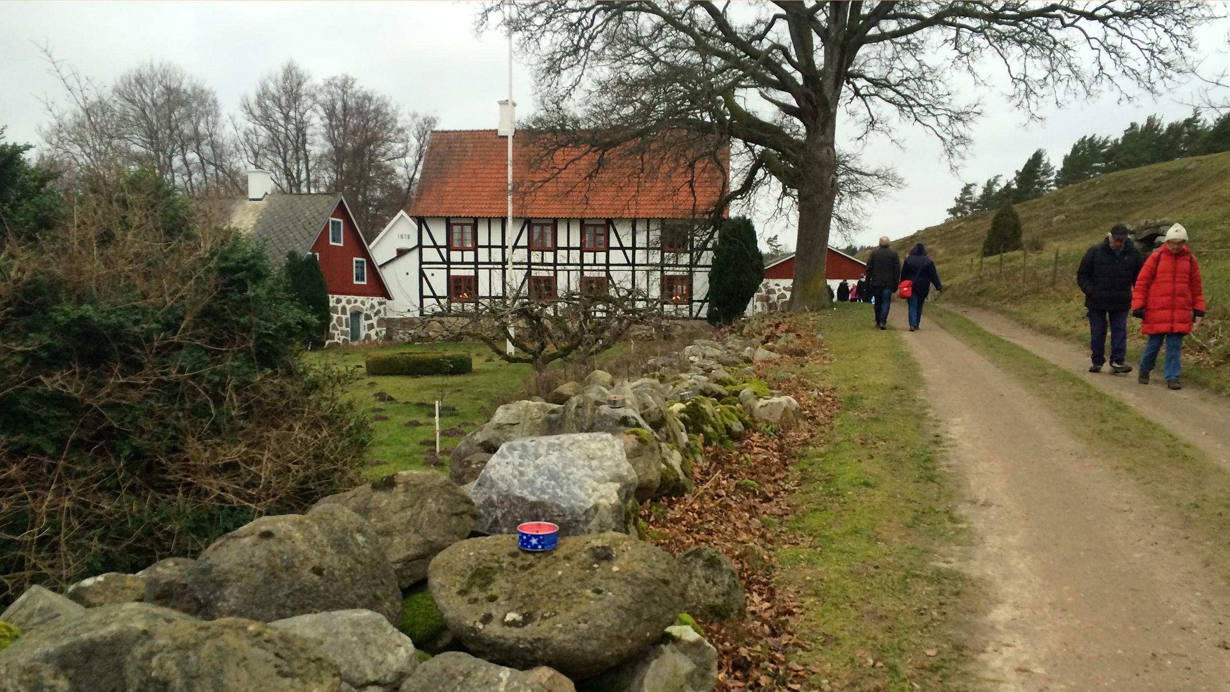 Bengtemölla gård ligger vackert insprängd mellan Brösarps böljande backar och den brusande Verkeån. Läget i sig själv är värt ett besök på Brösarps Byagilles julstök.
