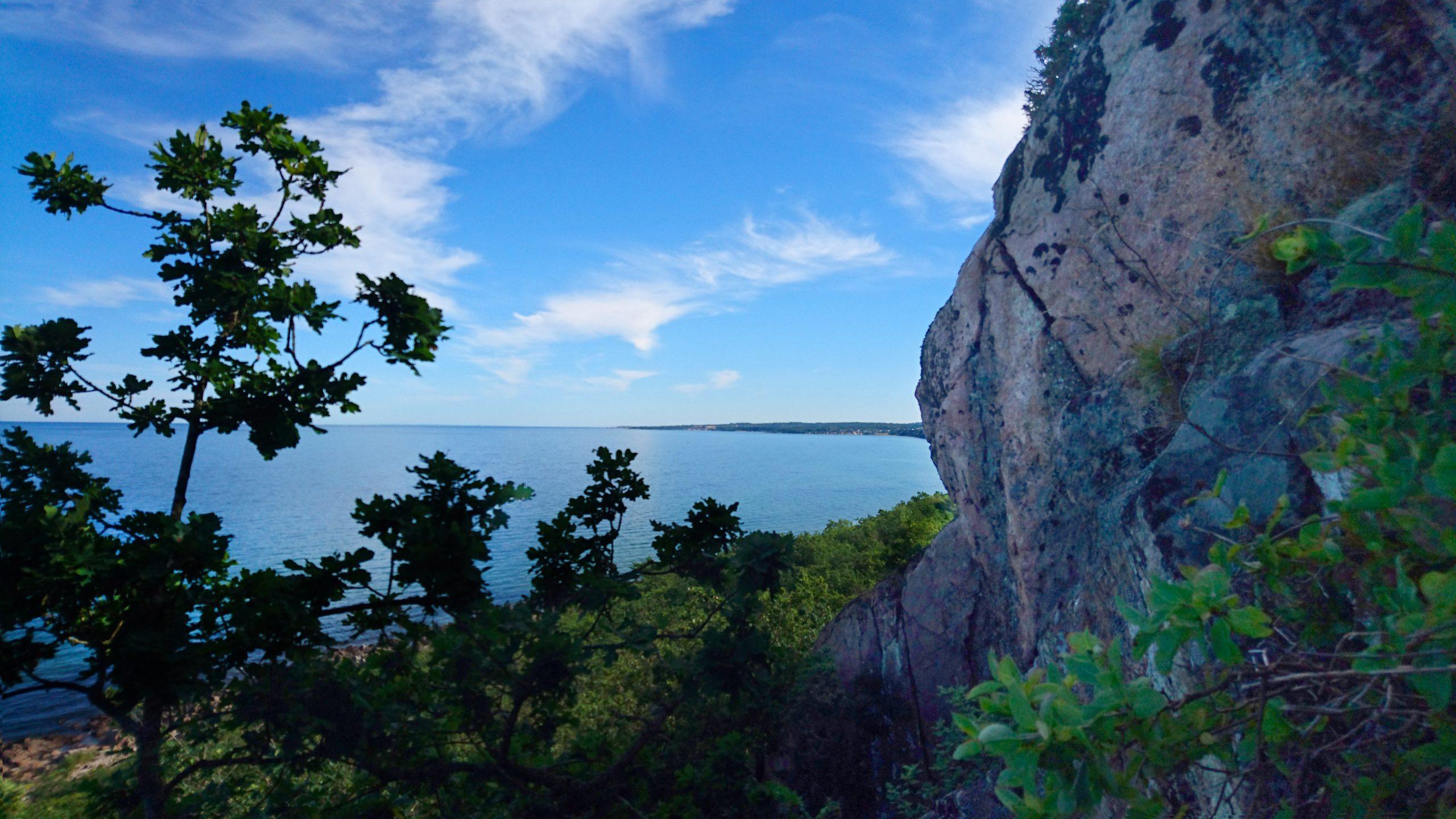 De lodräta klipporna vätter rakt österut och kan nästan bara ses från havet.