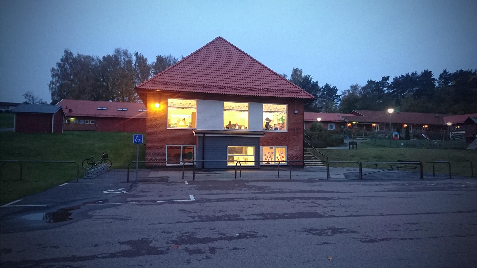 Brösarps bibliotek i skymningen efter att thrillern bedarrat.