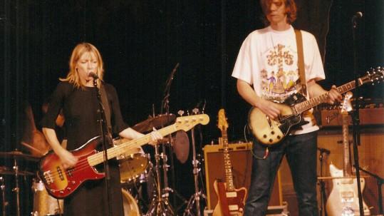 Kim Gordon och Thurston Moore under giget på Neon Gallery i Brösarp.