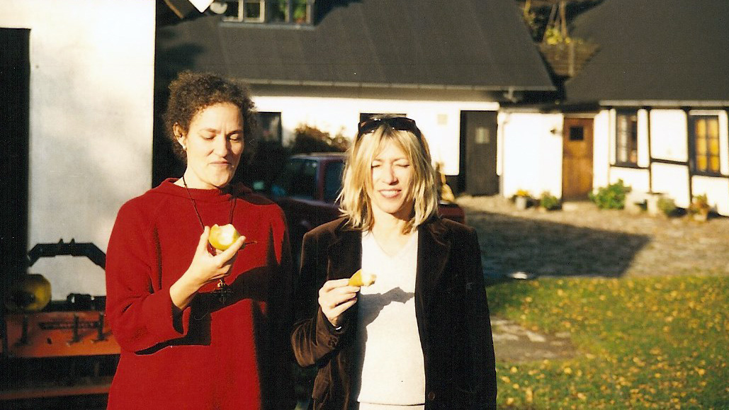 Dansaren Lotta Melin och Sonic Youths Kim Gordon njuter av solen och Källagårdens päron.