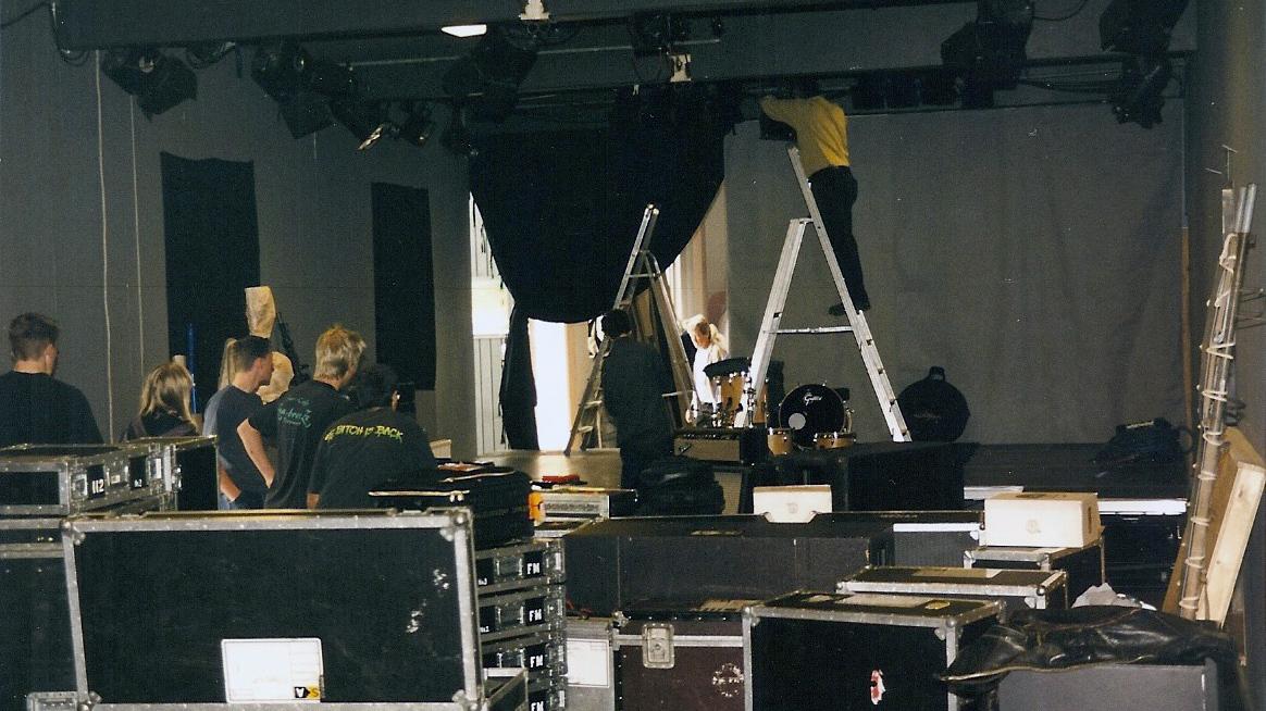 Ljud, ljus och scen riggas inför Kim Gordons kväll på Neon Gallery den 15 oktober 2000.