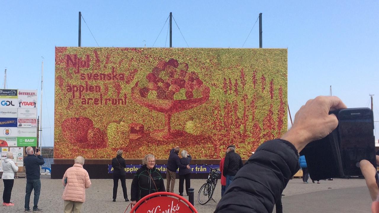 Budskapet på 2017 års äppeltavla är tydligt: Njut svenska äpplen året runt!