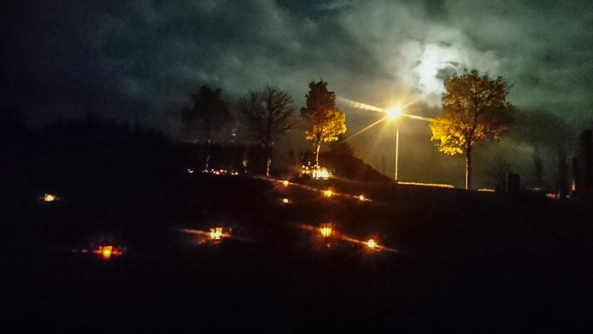 Alla helgons dag, eller natt, på Brösarps kyrkogård.
