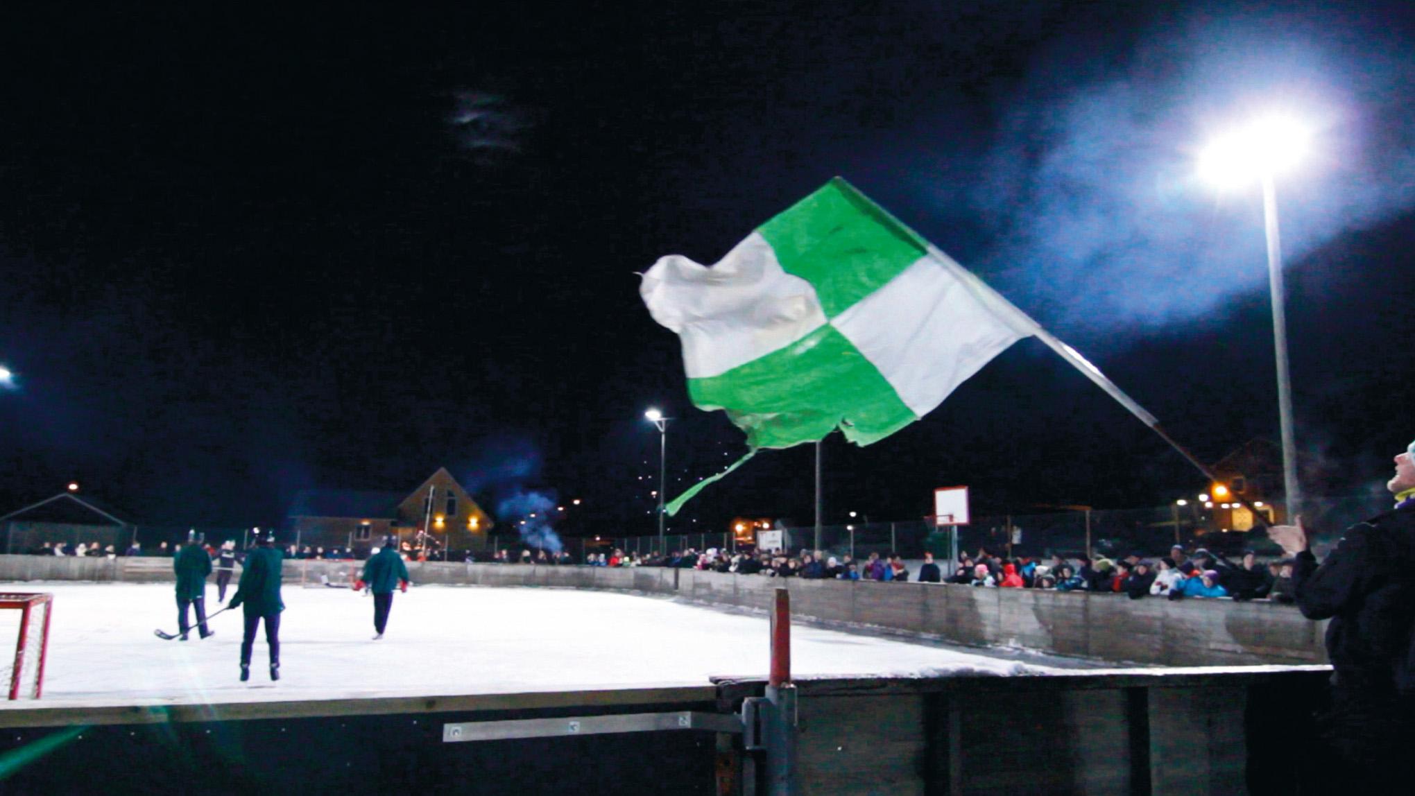 En gång om året möts grannbyarna Brösarp och Maglehem i en uppgörelse på isen. Hockeyderbyt är vinterns folkfest. Foto: Daniel Ekberg