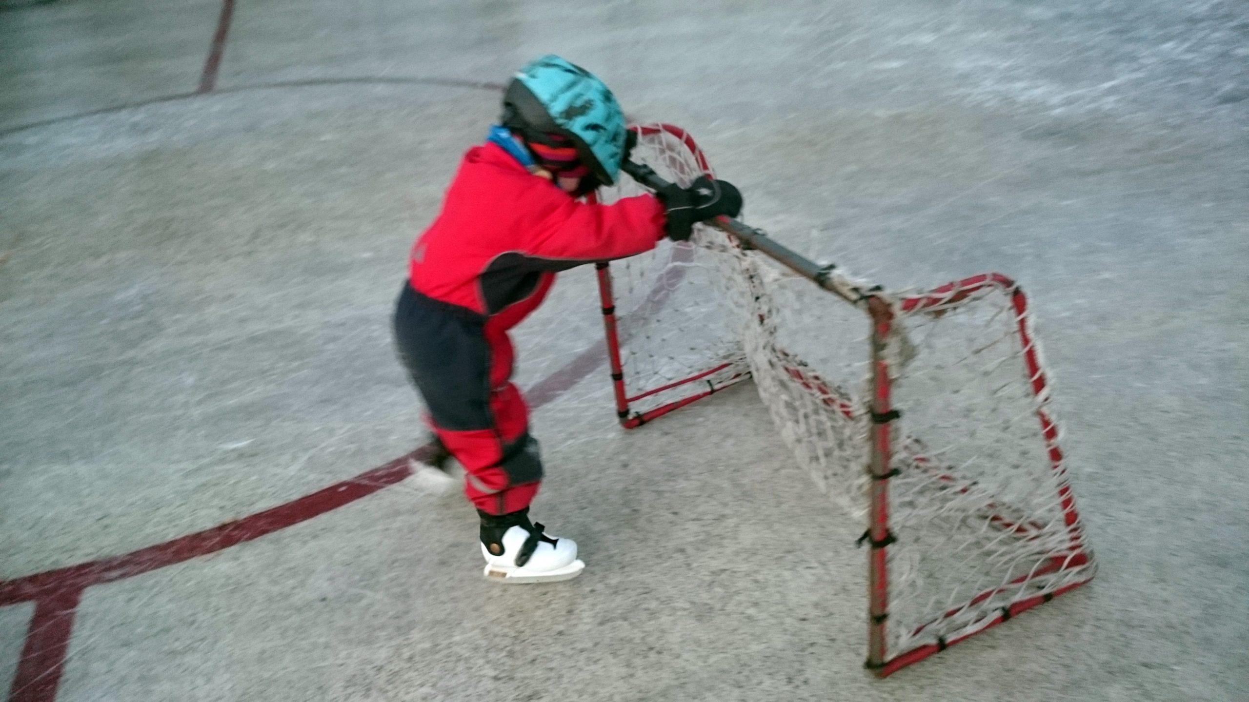 På isen i Brösarp är det många barn som tar sina första skär. Extra praktiskt att den ligger intill skolan och dagis.