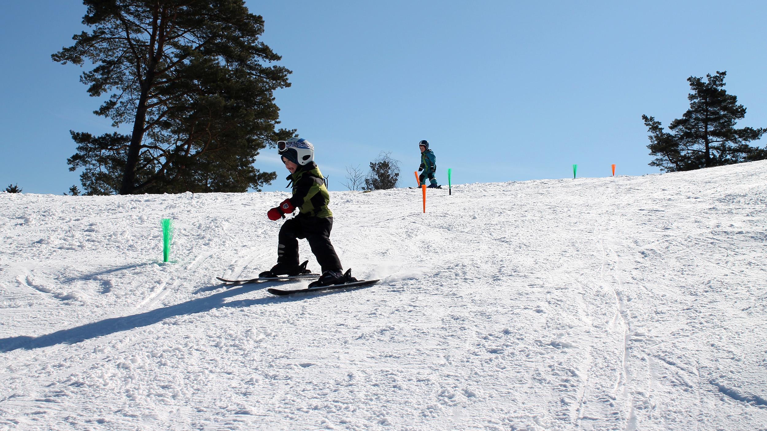 Det finns gott om pedagogiska hjälpmedel i skidbacken och slalombana med toffsarna är populärt.