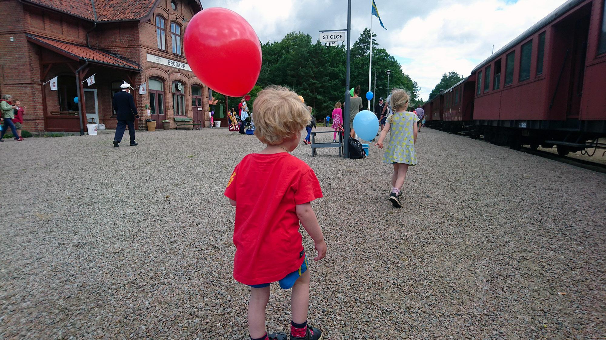 På perrongen på Brösarps station har tiden stannat. Här är stinsen kung och lokföraren alla barns idol.