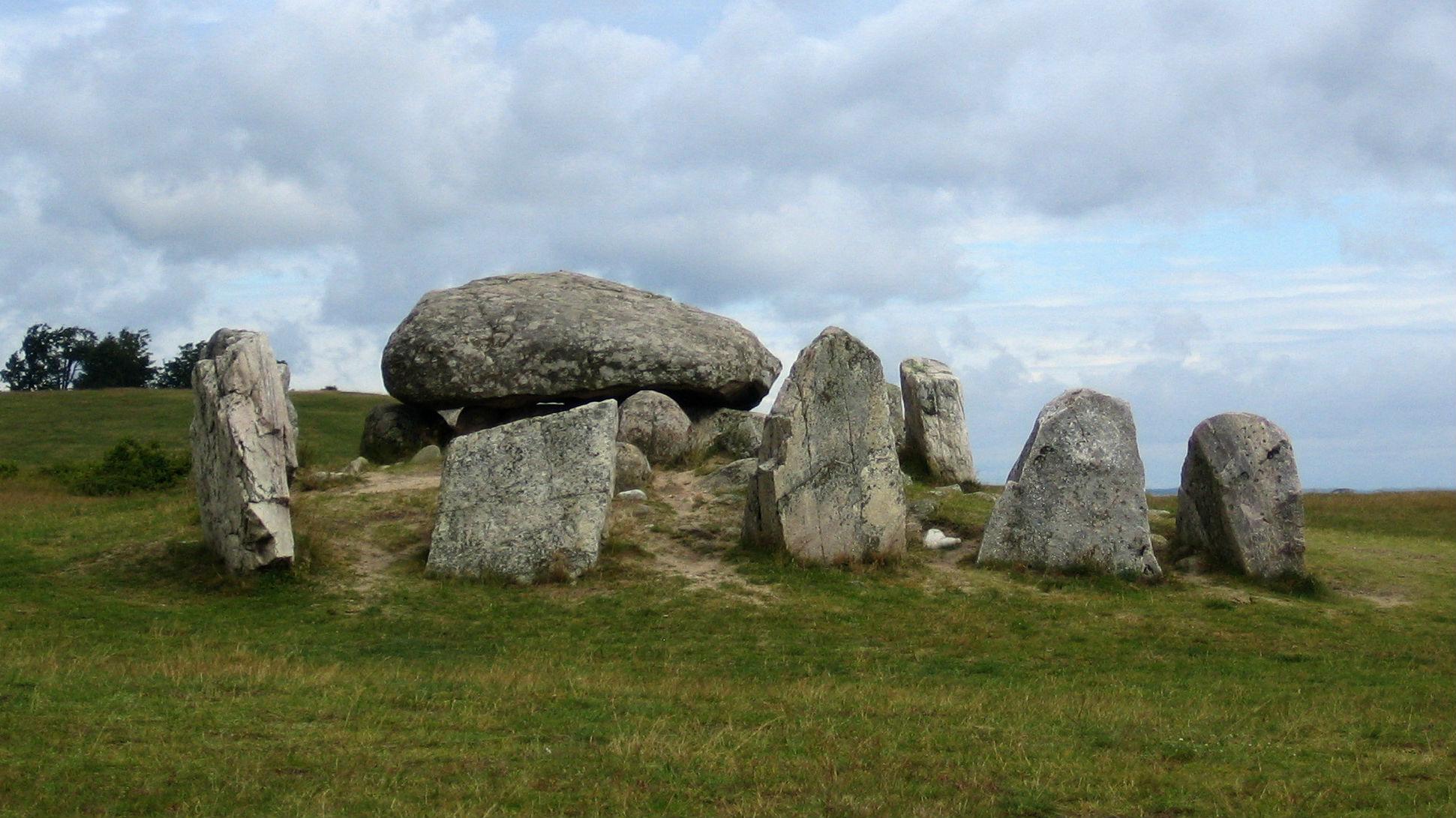 Havängsdösen är en stenkammargrav (megalitgrav) av typen dös från yngre stenåldern, c:a 5 500 år gammal