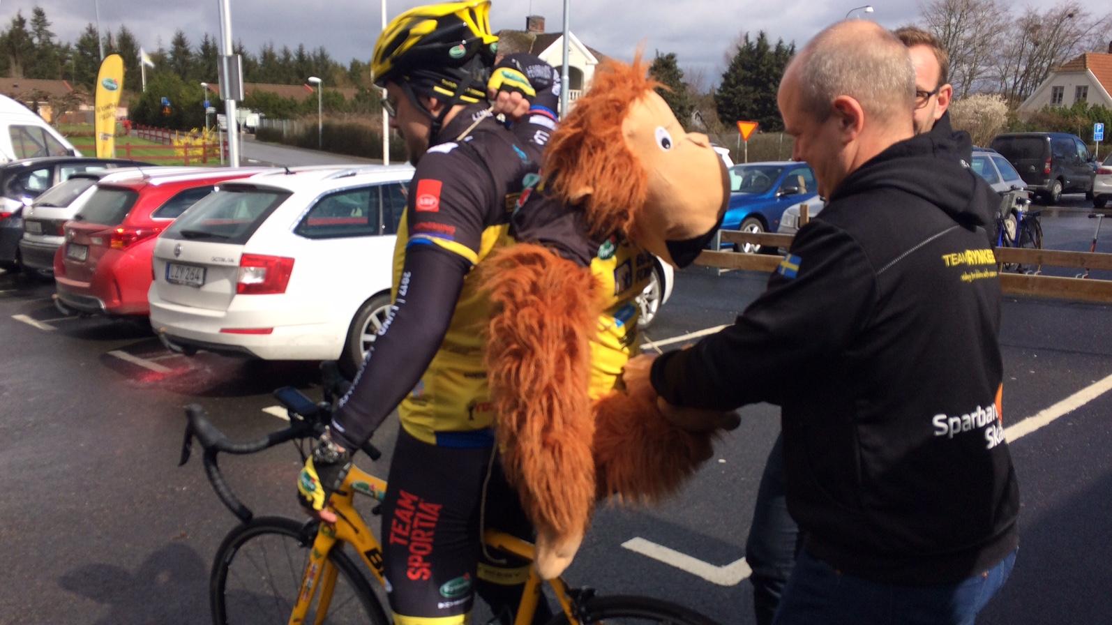 Cyklisten med apan på ryggen.