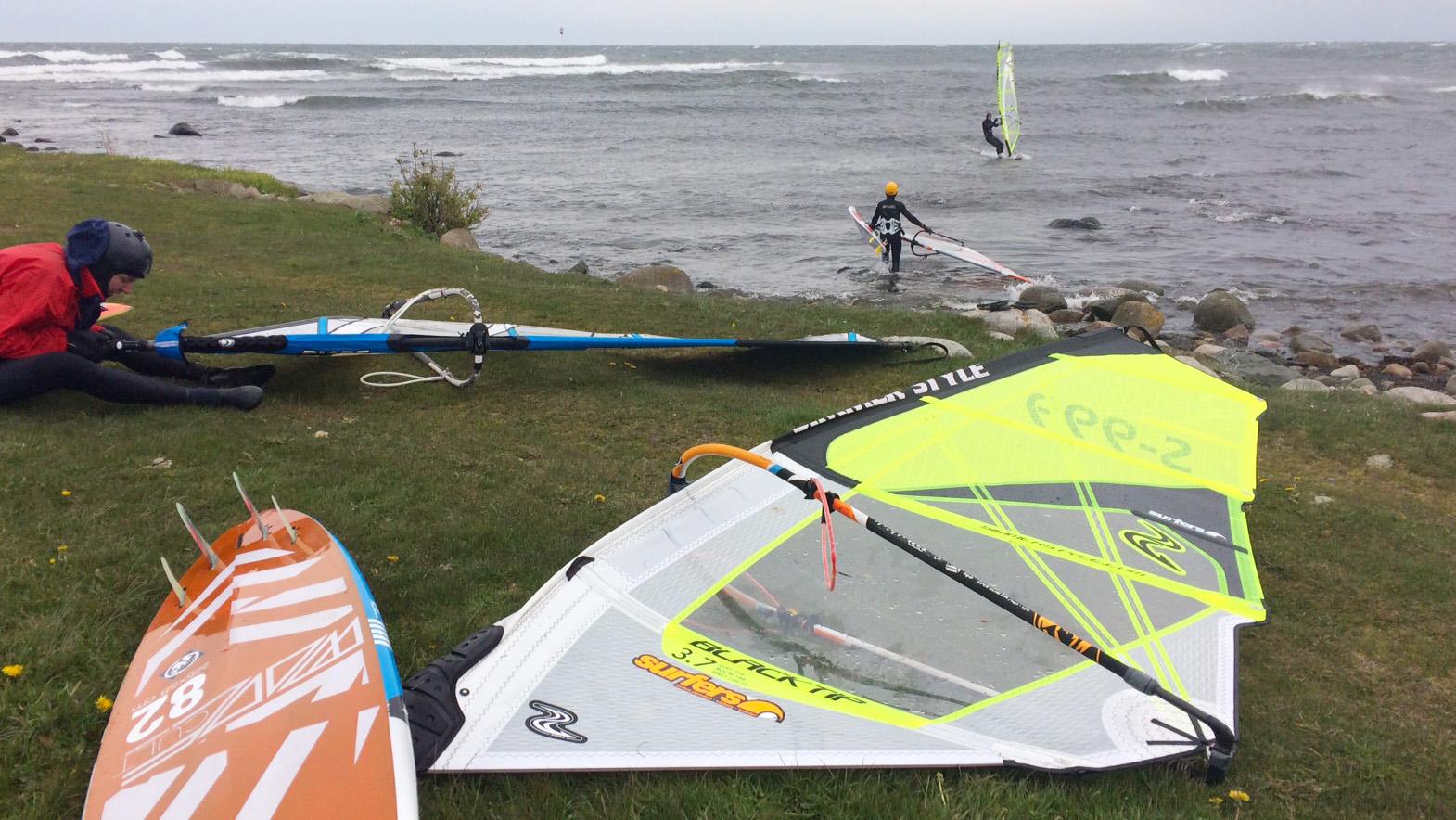 Vindsurfare och kitesurfare utnyttjade vindarna och vågorna.