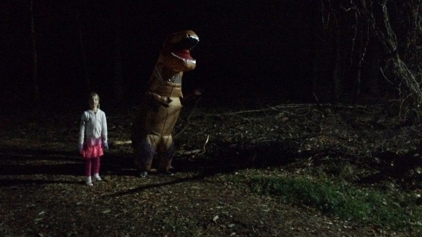 Dinosaurier härskar åter i skogen.